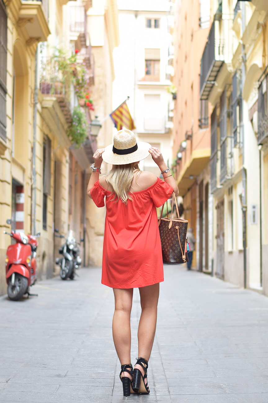 prefect summer outfit for exploring valencia spain